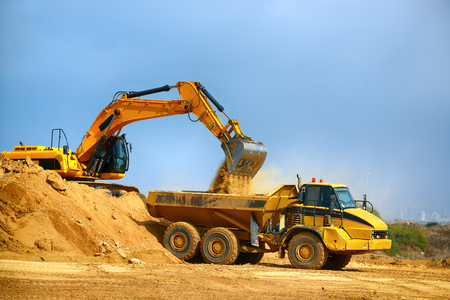 Earthmover는 도로 건설시 트럭의지면에 하중을가합니다. 스톡 콘텐츠
