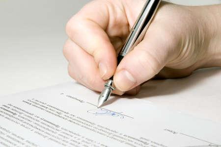 firmando: Close up de la mano de celebraci�n de la pluma y la firma del contrato  Foto de archivo