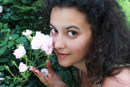 rose-bush: Zamknij portret młodej dziewczyny, która podsłuchuje się Rosebush Zdjęcie Seryjne