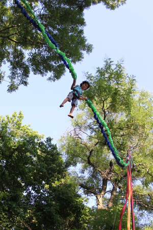 bungee jumping: Little boy gode di bungee jumping in aria