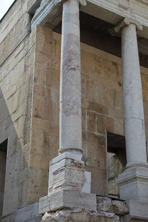 teatro antico: Colonne antiche, parte del teatro antico nella vecchia Plovdiv, Bulgaria
