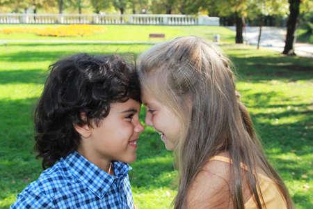 neus: Twee gelukkige kinderen neus aan neus