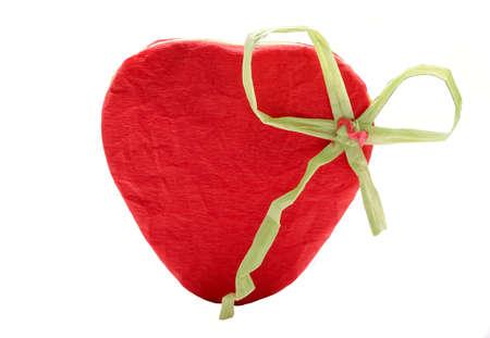 wrinkled paper: Rood hart van gekreukeld papier op wit wordt geïsoleerd Stockfoto