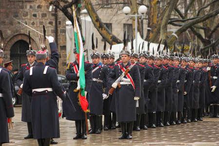 Parade de gardes bulgare avec drapeau bulgarian