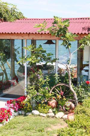 tuinhuis: Romantische tuin boven de zee met tuinhuis