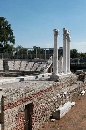 teatro antico: Antiche colonne in vecchia citt� bulgara di Plovdiv, parte del teatro antico Archivio Fotografico