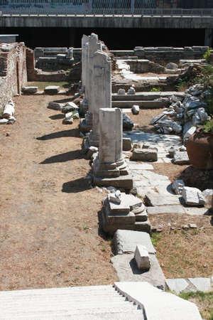 teatro antico: Antiche colonne nella vecchia citt� bulgara di Plovdiv, parte del teatro antico