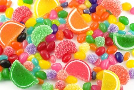 ジェリービーンズ、グミや他のゼリー菓子でフルフレーム背景にカラフルなキャンディの詰め合わせ