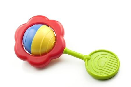 juguete: Un traqueteo de beb� colorido aislado en blanco con espacio de copia