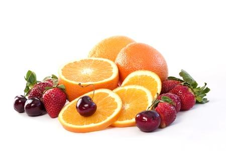 Fruta fresca surtido aislado en un fondo blanco con espacio de copia
