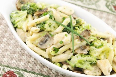 �broccoli: Primavera de Pasta de pollo con br�coli, champi�ones, pollo, pasta de penne, en una salsa alfredo cremosa, enfoque selectivo, vista superior