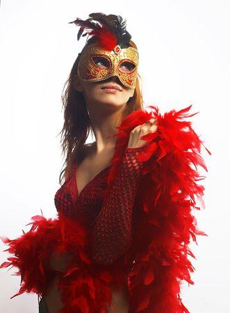 マスクを持つ美しい女性
