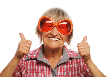 Ltere Frau, die mit großen Sonnenbrillen tun flippige Aktion auf weißem Hintergrund Standard-Bild - 35974634