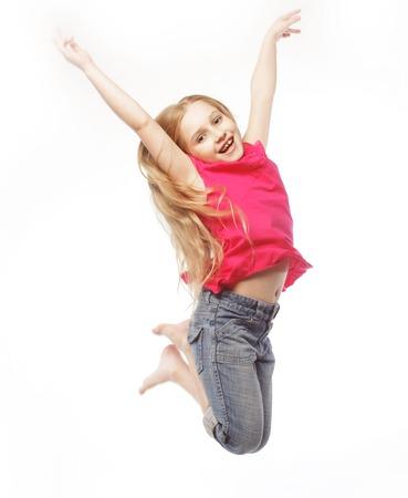 persona saltando: ni�a feliz salta sobre un fondo blanco