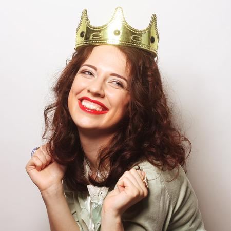 corona de reina: joven mujer encantadora en corona