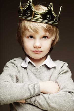 grappige kleine jongen met kroon