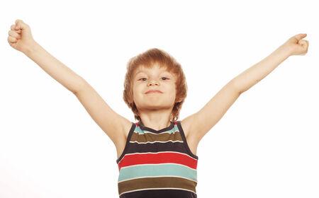 poses de modelos: Retrato de cuerpo entero de un ni�o feliz de pie con las manos levantadas en el fondo blanco