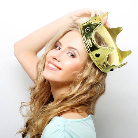 jonge mooie uitdrukking vrouw in de kroon Stockfoto