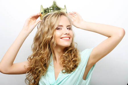 queen crown: joven mujer de expresión encantadora en corona