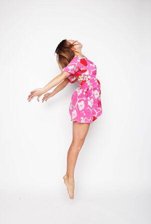 donna volante: Immaginate una bella donna volare ragazza in abito rosa