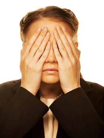guardar silencio: Mujer joven que cubre sus ojos