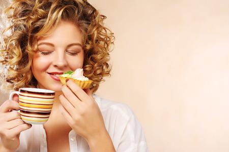 vrouw met koffie en koekjes. Stockfoto
