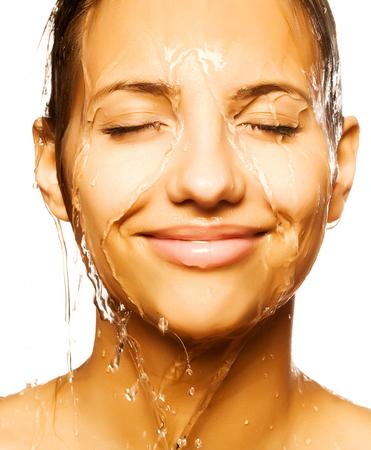 Close-up der schönen nass Frau Gesicht mit Wassertropfen. Auf weißem Hintergrund