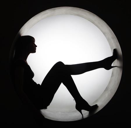 Elegante silhouette nera bella donna in cerchio Archivio Fotografico - 38197466