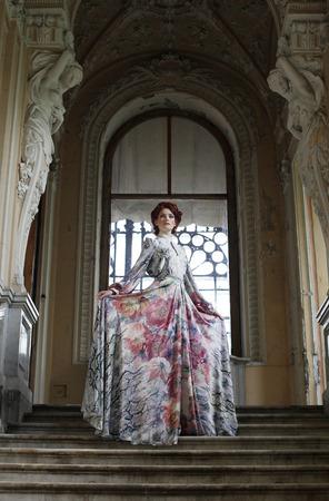 corcovado: Hermosa mujer de pie en la parte superior de una escalera