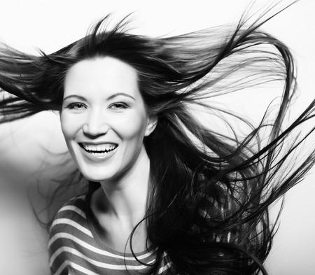 dishevel: Giovane donna felice con il vento nei capelli
