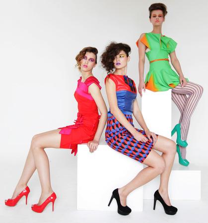 yioung modelos de moda tiro del estudio
