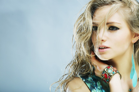 Portrait of young sensual blond woman. Studio shot. Banque d'images