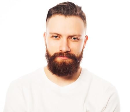 hombre con barba: Hombre barbudo con estilo en camisa blanca. Close up retrato sobre fondo blanco. Foto de archivo