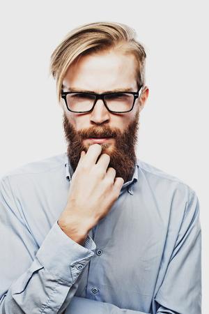 hombre con barba: Hombre joven inconformista barbudo uso de anteojos. Sobre fondo blanco.