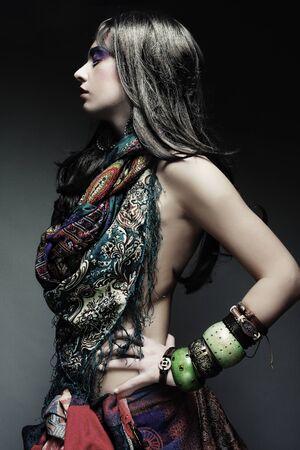 gente loca: retrato de mujer hermosa joven con estilo brillante maquillaje