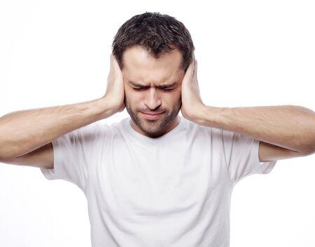 depresión: hombre mantenga las manos en los templos oídos, el concepto de hombre estresado, dolor de cabeza, depresión, dolor, cerró los ojos llevan la camiseta blanca, aislado en blanco. Foto de archivo