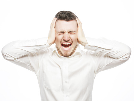 life style, het bedrijfsleven en de mensen concept: jonge kantoormedewerker gek door stress schreeuwen geïsoleerd op wit