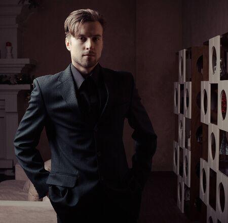 Mode jonge man in luxe moderne interieur Stockfoto