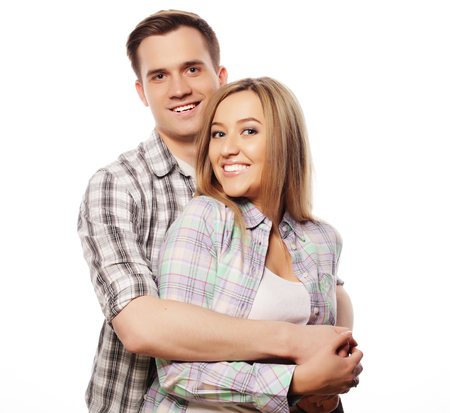 familia abrazo: El amor, la familia y las personas concepto: hermosa pareja abrazándose feliz sobre fondo blanco.