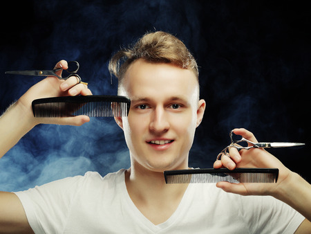 coiffeur: portrait of young t hairstylist looking at camera