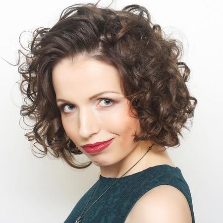 hair curly: Joven mujer feliz con el pelo rizado Foto de archivo