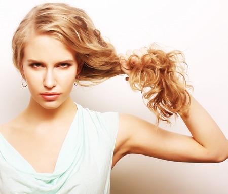 mujer rubia desnuda: retrato de una mujer joven con el pelo largo y rizado sano Foto de archivo