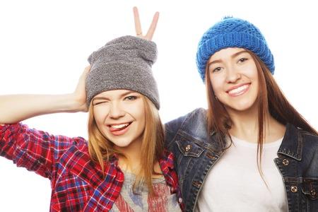 Twee jonge meisje vrienden eendrachtig samen en hebben fun.Isolated op wit.