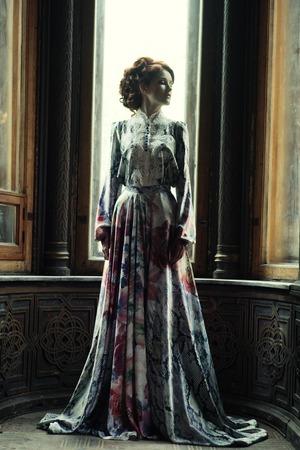 Giovane donna bella in abito rosa in posa in palazzo di lusso Archivio Fotografico - 40938757