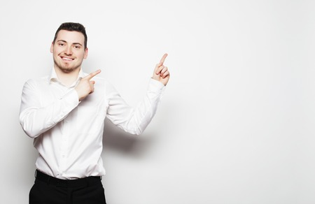 life style, het bedrijfsleven en mensen concept: zakenman punten met de vingers in de juiste kant op een witte achtergrond.