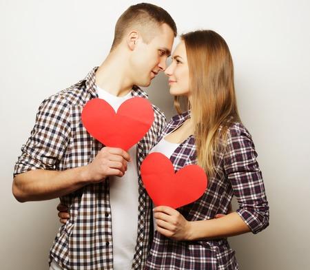 El amor, la familia y las personas concepto: Pareja feliz en el amor con el corazón rojo.