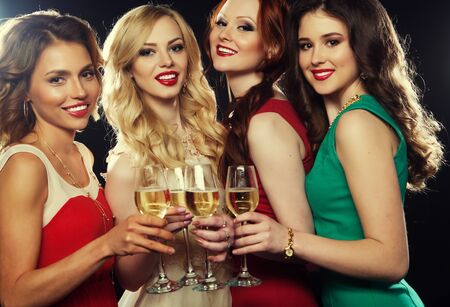Groupe de jeunes filles de faire la fête tintement des flûtes avec vin mousseux Banque d'images - 45734887
