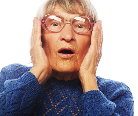 Oude Vrouw met verbaasde uitdrukking op haar gezicht