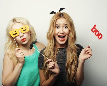 Zwei stilvollen sexy hipster girls best friends bereit für Partei, über grauem Hintergrund Standard-Bild - 46649185