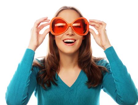 laughing face: Partei-Bild. Spielerische junge Frau mit großen Party Brille. Bereit für gute Zeit